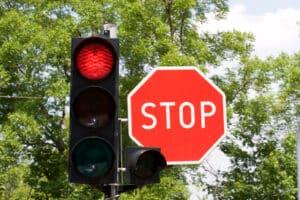 Nach einem Rotlichtverstoß kann Ihnen die Fahrerlaubnis entzogen werden.