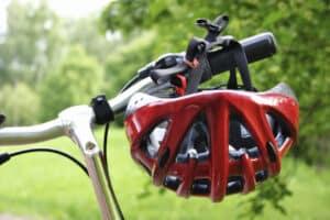 Ein Fahrrad-Airbag stellt eine Alternative zum Fahrradhelm dar.