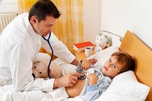 Nach einem Fahrradunfall sollte das Kind sofort zum Arzt. Nur mit Arztberichten können Sie Entschädigung verlangen.