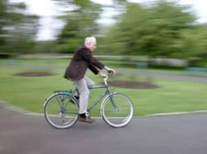 Ein Fahrradunfall ohne Helm kann lebensgefährlich sein.