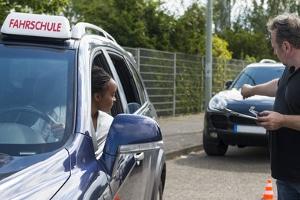 Sie müssen stets die Fahrschule besuchen, um eine Fahrerlaubnis zu erwerben.
