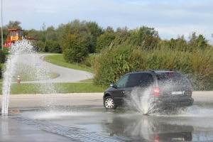Bei einem Fahrsicherheitstraining lernen Sie, wie Sie gefährliche Situationen im Verkehr meistern können.