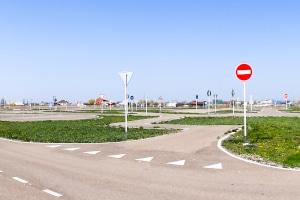Das Sicherheitstraining mit dem Pkw findet normalerweise in einem sogenannten Fahrsicherheitszentrum statt.