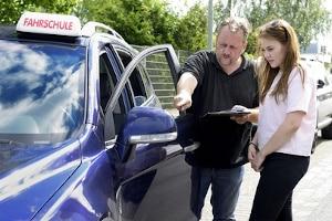 Vorgeschriebene Fahrstunden: Nachdem die Pflichtstunden absolviert wurden, kann die Anmeldung zur Prüfung stattfinden.