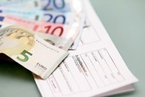 Das Fahrverbot geht in Holland wie in Deutschland mit einer Geldbuße einher.