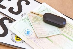 Ist es klug, den Fahrzeugschein im Auto zu lassen?
