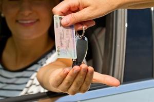 Sie bringen sowohl sich selbst als auch andere Verkehrsteilnehmer in Gefahr, wenn Sie mit einem Fake-Führerschein Auto fahren.