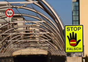 Falschfahrer sollen mit einem Schild auf die falsche Richtung hingewiesen werden.