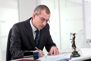 Fehlerhafter Bußgeldbescheid: Ein Anwalt kann Ihnen helfen, Einspruch zu erheben.