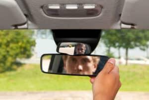 Das Fernlicht kann im Rückspiegel blenden, schalten Sie es deshalb aus, wenn ein Auto vor Ihnen fährt.