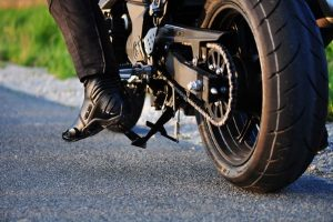 Den Führerschein für ein Motorrad kann jeder, der das Mindestalter erreicht und den Sehtest bestanden hat, erwerben.