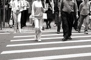Fußgänger läuft vor ein Auto: Die Schuldfrage muss im Einzelfall geklärt werden. Nicht immer ist der Kfz-Fahrer Schuld.