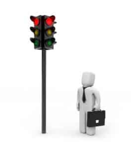 Überqueren Fußgänger eine rote Ampel drohen Verwarngelder.