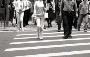 Ein Fußgängerüberweg soll Fußgängern ein sicheres Überqueren der Straße ermöglichen.