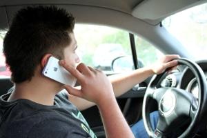 Geblitzt mit dem Handy am Ohr? Die Strafe kann variieren.