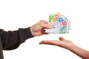 Die Gebühren für die PKW-Maut bei einer Jahresvignette werden einmal jährlich vom Konto abgezogen, nicht bar bezahlt.