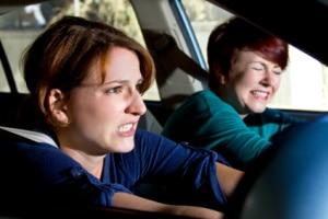 Bei der Gefahrenbremsung mit dem Auto dürfen Fahrer nicht zaghaft sein.