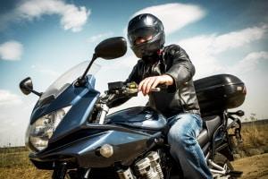 Bei der Gefahrenbremsung mit dem Motorrad kommt es auf das Zusammenspiel beider Bremsen an.