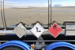 Ein Gefahrgut-Lkw muss mittels bestimmter Kennzeichen auf seine Ladung hinweisen.