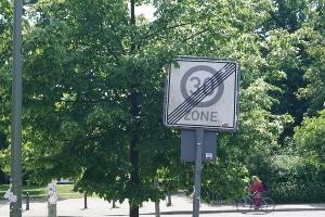 Ende einer Geschwindigkeitsbegrenzung laut StVO: Aufgehoben wird diese nicht immer durch ein Verkehrszeichen.