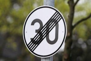 So sieht das Verkehrszeichen zur Aufhebung der Geschwindigkeitsbegrenzung aus.