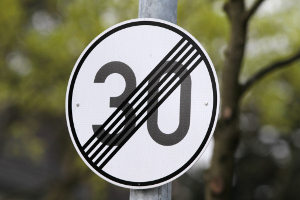 Geschwindigkeitsbegrenzung: Das Ende kann durch ein Verkehrsschild angezeigt werden.