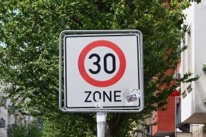 Teilweise kann die Geschwindigkeitsbegrenzung innerorts noch geringer als 50 km/h ausfallen.