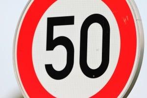 Hier herrscht streckenweise eine Geschwindigkeitsbegrenzung von 50 km/h.