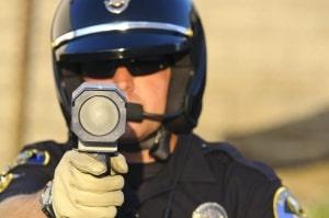 Ein Beispiel für die Geschwindigkeitsmessung mit Laser ist die Laserpistole.