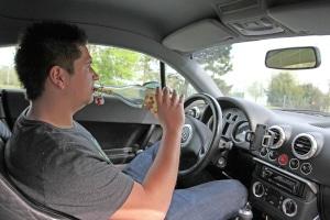 Grobe Fahrlässigkeit liegt z. B. vor, wenn jemand stark alkoholisiert Auto fährt und infolgedessen einen Unfall verursacht.