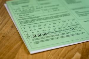 Bei Reisen ins Ausland sollte die Grüne Versicherungskarte grundsätzlich im Auto liegen.
