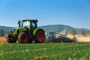 Ein grünes Kennzeichen beim Traktor kann laut FZV nötig sein.