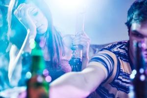 Eine Haaranalyse kann den Konsum von Drogen und Alkohol aufdecken.