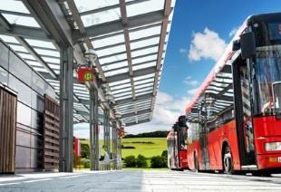 An der Haltestelle darf ein Bus mit Warnblinklicht nur mit Schrittgeschwindigkeit überholt werden.