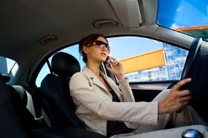 Erwischt mit dem Handy am Steuer: Lohnt ein Einspruch?