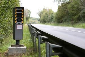 Auch die Höchstgeschwindigkeit auf der Landstraße wird mit Blitzern kontrolliert.