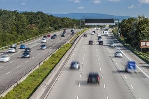 Die Höchstgeschwindigkeit für PKW und LKW unterscheidet sich auf der Autobahn.