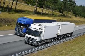 Es gilt eine Höchstgeschwindigkeit für Lkw. Sie variiert je nach Straßenart.