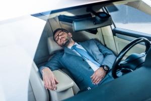 Im Auto zu schlafen ist legal, solange Sie dabei die geltenden Vorschriften beachten.