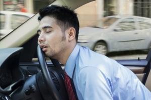 Ist, im Auto zu schlafen, erlaubt oder verboten? Die Antwort liefert dieser Ratgeber.