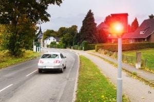 Innerorts geblitzt: Bei besonders hoher Geschwindigkeitsübertretung droht auch ein Fahrverbot.