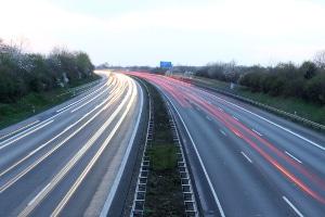 Es gibt kein Tempolimit auf deutschen Autobahnen. 130 km/h ist die Richtgeschwindigkeit.