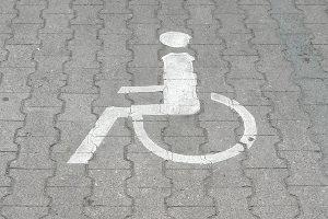 Kennzeichnung erfolgt beim Behindertenparkplatz nicht nur über Schilder.