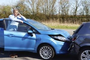 Eine Kfz-Pflichtversicherung hilft beim Autounfall.