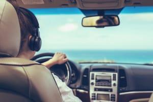 Dürfen Sie über Kopfhörer beim Autofahren Musik hören?