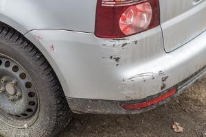 Liegt auch bei einem Kratzer im Auto Fahrerflucht vor, wenn Sie einfach weiterfahren?