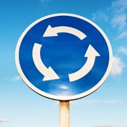 Müssen Sie Blinken, sobald ein Kreisverkehr durch dieses Schild angekündigt wird?