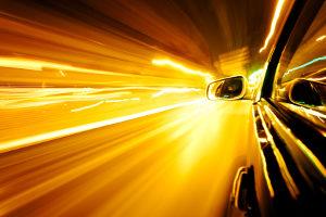Mit einem Lasermessgerät kann die Geschwindigkeit bestimmt werden.