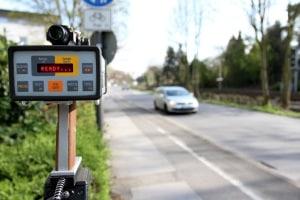 Beim Lasermesserverfahren werden Laserimpulse ausgesendet, die vom fahrenden Auto reflektiert werden.