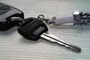 Lassen Sie den Fahrzeugschein im Auto, kann Fahrlässigkeit vorliegen.